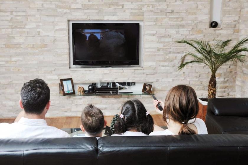 Ilustrasi kegiatan menonton tivi bersama